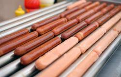 Automatische elektrische grill voor worst met hotdog Royalty-vrije Stock Foto