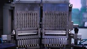 Automatische Fertigungsstraße an einem pharmazeutischen Unternehmen Die Maschine füllt die Kapsel mit Inhalt stock video