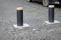 Automatische intrekbare meerpaal met het gloeien lichten voor controle van verkeer en het parkeren stock foto