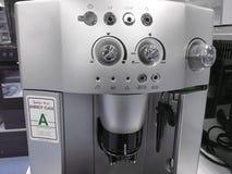 Automatische Kaffeemaschinen an der Ausstellung auf weißem Küchenhintergrund lizenzfreie stockfotografie