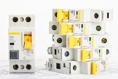Automatische Leistungsschalter, kupfernes einkerniges Kabel Zusätze für sichere und sichere elektrische Installation elektrisch lizenzfreie stockfotografie
