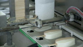 Automatische lijn voor de productie van roomijs 02 stock footage