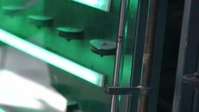 Automatische Linie Maschine für PVC-Abschnitte von Fenstern zusammen haften stock video