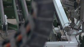 Automatische Linie Maschine für PVC-Abschnitte von Fenstern zusammen haften stock video footage