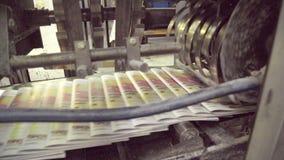 Automatische Linie mit beweglichen Zeitungen auf Maschine im Druckhaus stock footage