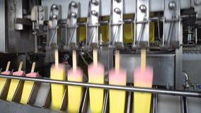 Automatische Linien des Förderers für die Produktion der Eiscreme stock footage