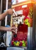 Automatische machine voor de productie van roomijs in een wafelkop stock afbeelding