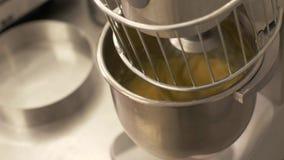 Automatische mixer die ingrediënt dicht omhoog mengen en deeg in bakkerij kneden stock video