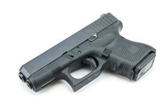 Automatische 9mm Pistolenpistole auf weißem Hintergrund Stockbild