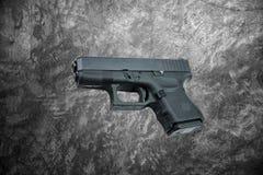 Automatische 9mm Pistolenpistole auf Zementwandhintergrund Stockfotos
