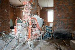 Automatische Nevel het Pleisteren Machine om Muren bij de Bouw van een flatgebouw efficiënt Te pleisteren stock foto