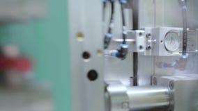 Automatische Plastikspritzenmaschine stock video