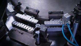Automatische productielijn bij een farmaceutisch bedrijf De machine vult de capsule met inhoud stock footage