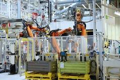 Automatische robot in autofabriek royalty-vrije stock afbeeldingen