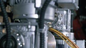 Automatische robotachtige complexe besnoeiingen de kabel Kabel na knipsel door een moderne automatische machine stock footage