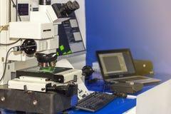 Automatische Spitzentechnologie und Pr?zision 3d, die Laser-Mikroskop mit Objektiven und Computer auf Tabelle f?r industrielles m stockbild