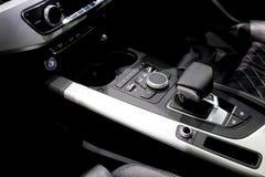Automatische toestelstok binnen moderne sportwagen Luxe en duur concept royalty-vrije stock afbeelding