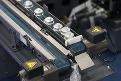 Automatische transportband om CNC draaiend deel met automatiseringscontrole over te brengen stock foto