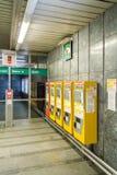 Automatische U-Bahn etikettiert Maschinen in einer Station Lizenzfreies Stockbild