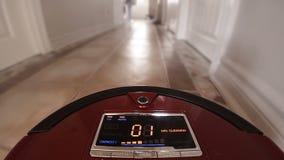 Automatische Vacuümrobot die de Huisvloer zelf schoonmaken stock footage