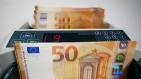 Automatische Zählung von FünfzigEuro-Rechnungen stock footage