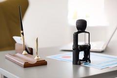 Automatische zegel en documenten op bureau stock afbeeldingen