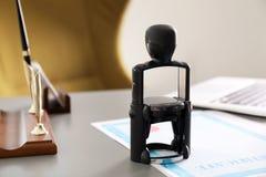 Automatische zegel en documenten op bureau stock fotografie