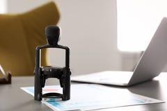 Automatische zegel en documenten op bureau royalty-vrije stock foto's