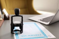 Automatische zegel en documenten op bureau royalty-vrije stock foto