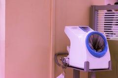 Automatischer Blutdruckmonitor am Krankenhausbereich lizenzfreies stockfoto