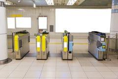 Automatischer Eingang der U-Bahn mit weißem Brett Stockbild