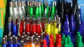 Automatischer Kugelschreiber Schulbedarf, Briefpapierzubehör Buntes Briefpapier stock video