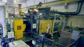Automatischer Roboter funktioniert in den Fertigungsstraßeteilen an zusammenbauenden Teilen der Fabrik stock footage