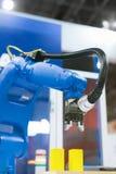 Automatischer Roboterarm, der in der industriellen Umwelt arbeitet stockbild