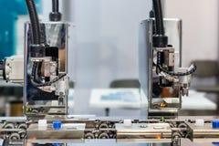 Automatischer Roboterarm mit dem optischen Sensor, der in der Fabrik arbeitet stockbild