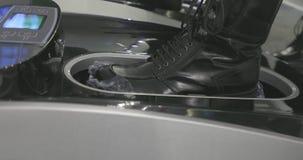 Automatischer Schuh umfasst das Setzen auf 2 stock footage