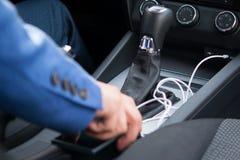 Automatisches AutoGetriebe und weißes Ladegerät für Telefon Stockfoto