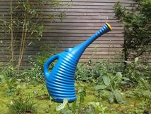Automatisches Bewässerungssystem im Garten unter dem grünen Gras Stockbild