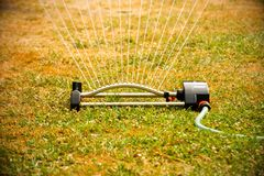 Automatisches Bewässerungssystem im Garten unter dem grünen Gras Lizenzfreie Stockfotos