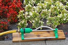 Automatisches Bewässerungssystem im Garten unter dem grünen Gras Lizenzfreies Stockfoto