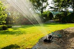 Automatisches Bewässerungssystem im Garten unter dem grünen Gras Stockbilder