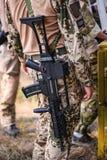Automatisches Sturmgewehr ziehen an sich vom Soldaten zurück Stockfotografie
