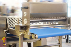 Automatiserad brödproduktionslinje arkivfoton