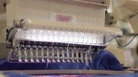 Automatiserad broderitrådmaskin på fabrik arkivfilmer