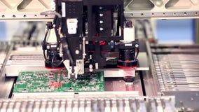 Automatiserad elektronik särar tillverkningslinjen arkivfilmer