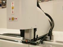 Automatiserad industriell programmerbar maskin för laser-klippgravyr arkivbilder