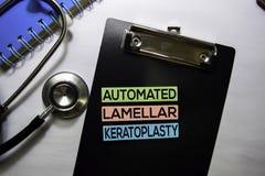Automatiserad lamellar keratoplastytext beskådar överst på vit bakgrund Sjukv?rd/medicinskt begrepp arkivfoto