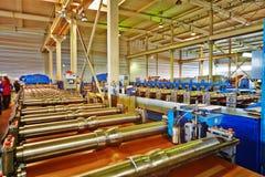 Automatiserad linje för produktion av metalltegelpannan royaltyfri fotografi