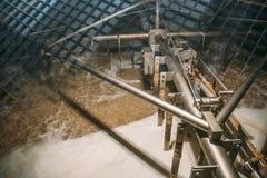 Automatiserad process av att blanda och jäsning av öl inom enorm stålbehållare eller vaten på bryggeriproduktion royaltyfri fotografi