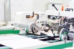 Automatiserad produktion av pappers- produkter Automatisk process royaltyfri bild